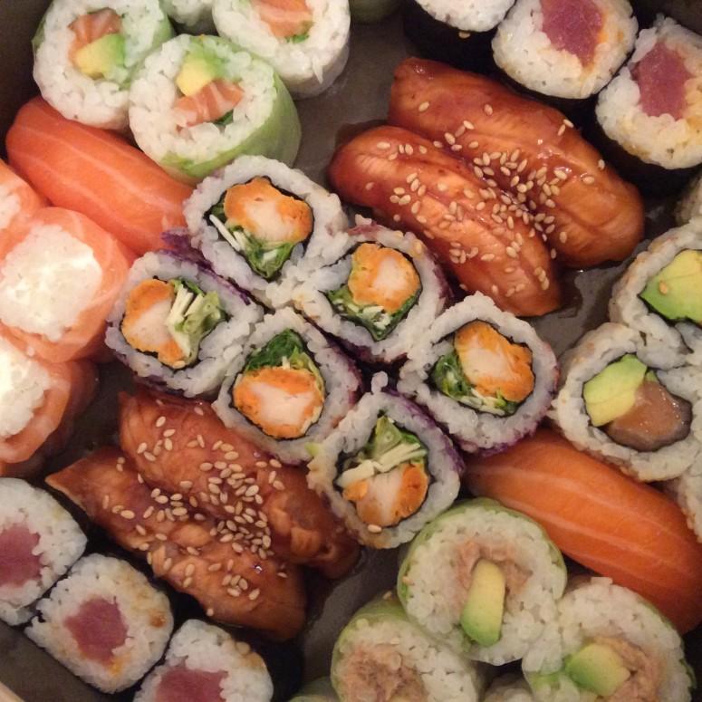 sushi shop propose une nouvelle box for two avec 42 sushi délicieux, les filles en espadrilles ont teste
