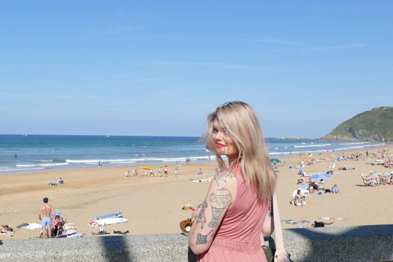 les filles en espadrilles donnent leurs bons conseils pour une journée parfaite à Zarautz au Pays basque