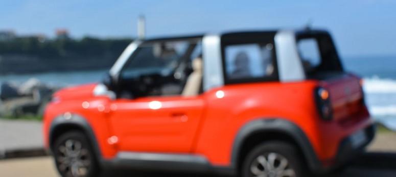 les filles en espadrilles testent pour vous la nouvelle e-mehari et se régalent dans leur région avec cette voiture